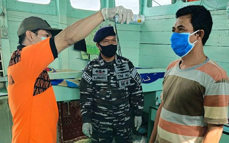Petugas mengecek suhu tubuh untuk ABK melintasi DAS Kapuas pada Jumat, 10 Juli 2020.