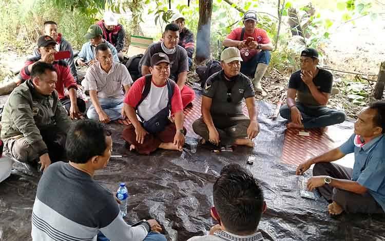 Mediasi antara warga dan pihak perusahaan atas penggarapan lahan kelompok tani Simpei Pambelum Desa Bukit Raya Kecamatan Cempaga Hulu.