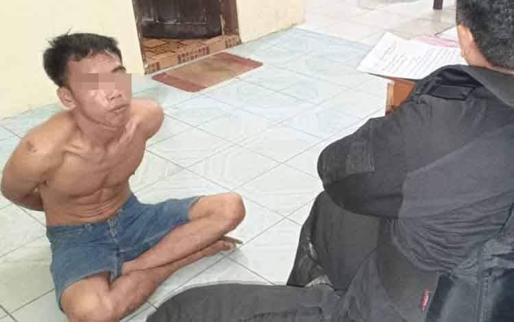 Pelaku begal Ketut (26) diamankan di Polsek Dusun Timur bersama barangbukti satu buah sepeda motor.