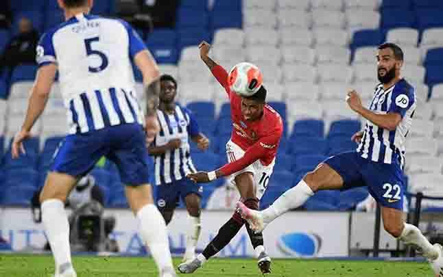 Pemain Manchester United Marcus Rashford melepaskan tendangannya saat bertanding melawan Brighton. (foto : teras.id)