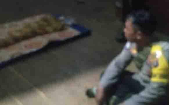 Personel Polsek Katingan Tengah di kediaman duka balita yang meninggal dunia setelah menjadi korban banjir, Jumat, 10 Juli 2020.