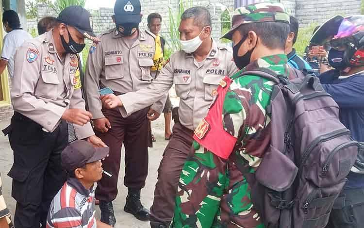 Pelaku saat diamankan petugas di rumah Jalan Banteng 45 Kecamatan Jekan Raya Kota Palangka Raya, Sabtu 11 Juli 2020.