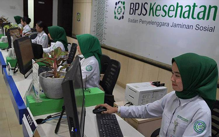 Petugas memasukkan data pelayanan di Kantor Pelayanan Kantor Badan Penyelenggara Jaminan Sosial (BPJS) Kesehatan Jakarta Pusat, Matraman, Jakarta, Senin, 9 Maret 2020. Gugatan ini diajukan oleh Komunitas Pasien Cuci Darah yang keberatan dengan kenaikan iuran BPJS Kesehatan pada akhir 2019. ANTARA/M Risyal Hidayat