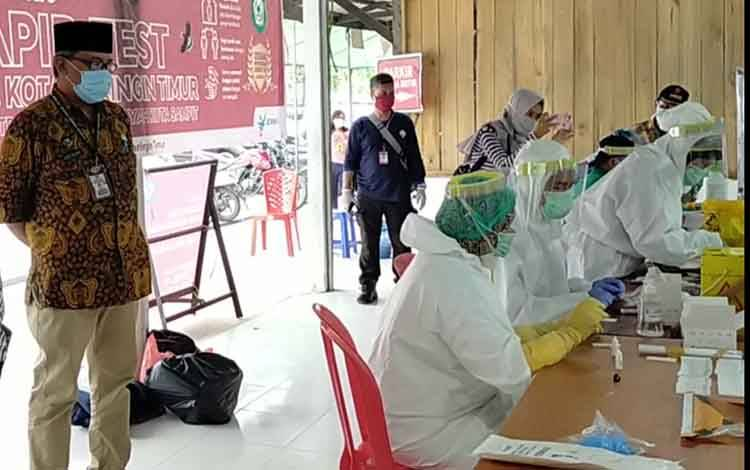 Juru Bicara Gugus Tugas Covid-19 Kotim Multazam, saat memantau rapid test. Sementara itu, hari ini ada 4 orang pasien positif Covid-19 sembuh.