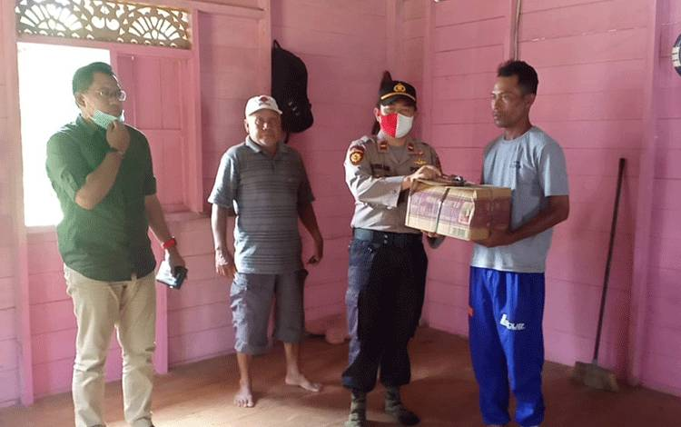 Kapolsek Katingan Tengah Ipda Bahrul Ilmi bersama Camat Katingan Tengah Yobi Sandra memberikan santunan kepada orang tua balita korban tenggelam.