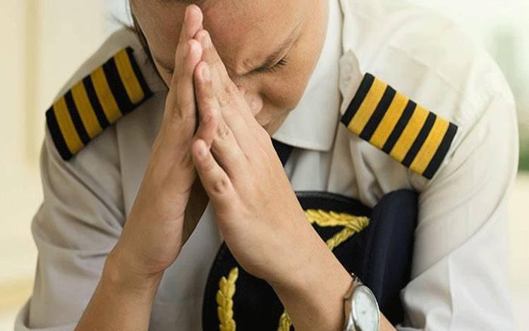 Ilustrasi pilot lelah/stres/depresi. Shutterstock