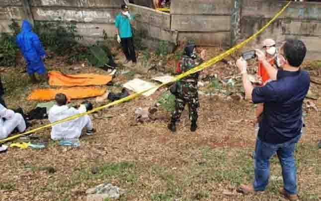 Tim gabungan Polisi dan TNI melakukan proses evakuasi dan identifikasi mayat editor Metro TV bernama Yodi Prabowo di pinggir Tol JORR Jalan Ulujami Raya, Pesanggrahan, Jakarta Selatan, Jumat, 10 Juli 2020. (foto : ANTARA via teras.id)