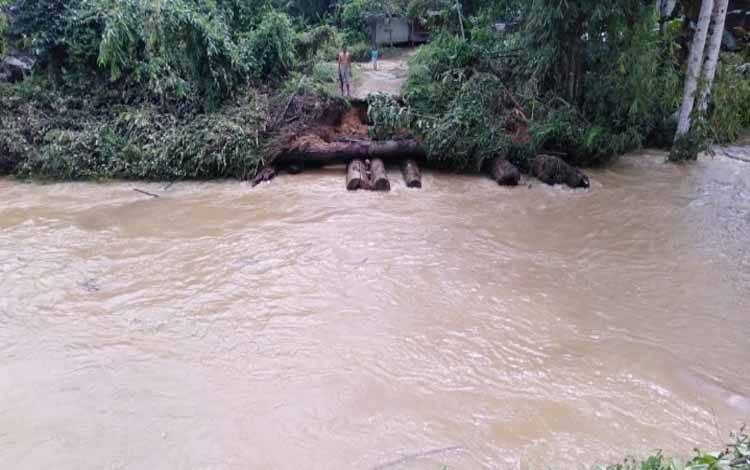 Kondisi jembatan berkonstruksi kayu bulat di Tumbang Masukih, Kecamatan Miri Manasa, Kabupaten Gunung Mas rusak akibat diterjang banjir, Sabutu, 11 Juli 2020