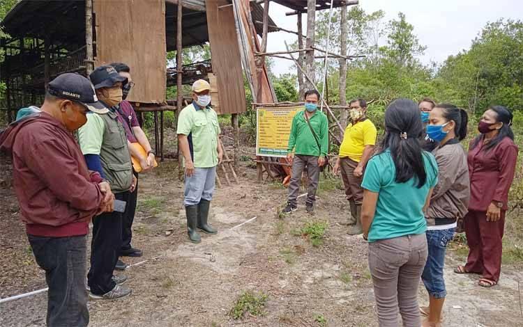 Kepala Dinas Pertanian Kabupaten Barito Timur mengecek budidaya ayam petelur yang dikelola pemerintah Desa Murutuwu