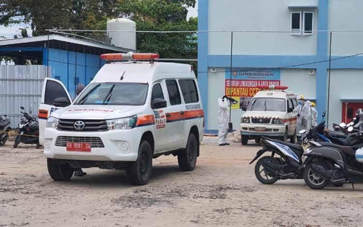 Petugas dan mobil ambulan bersiap membawa PDP yang meninggal di RSUD Sultan Imanuddin Pangkalan Bun, Minggu, 12 Juli 2020