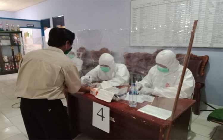 Rapid test penyelenggara pemilihan gubernur dan wakil gubernur di Kecamatan Gunung Bintai Awai