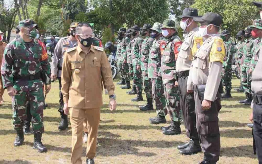 Wali Kota Palangka Raya, Fairid Naparin mengecek personel saat apel gabungan gelar pasukan dan peralatan penanggulangan karhutla, Senin, 13 Juli 2020.