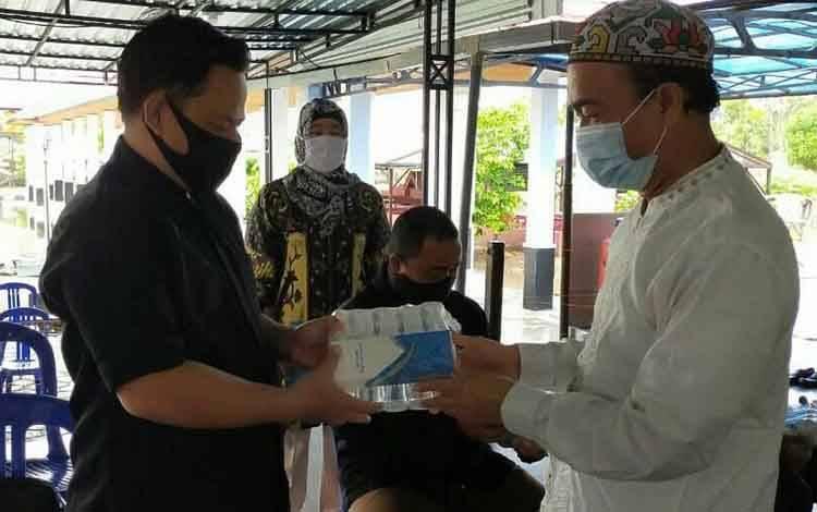 Bupati Seruyan, Yulhaidir menyerahkan bantuan thermo gun dan hand sanitizer untuk rumah ibadah di Kuala Pembuang