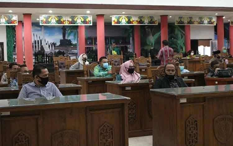 Anggota DPRD Kota Palangka Raya saat menerima kunjungan kerja anggota DPRD Kabupaten Barito Timur dan DPRD Kabupaten Banjar, Senin 13 Juli 2020