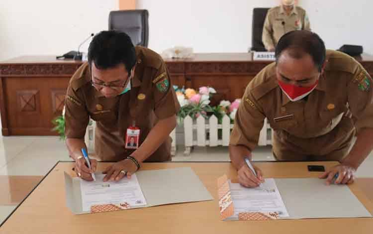 Penandatanganan jabatan Sekda dari Plh Hudaya Husinsa (kiri) kepada Plt Panahan Moetar (kanan)