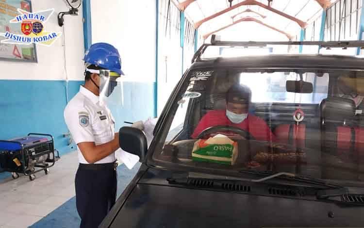 Petugas Dishub Kobar saat melakukan penguji kendaraan bermotor.