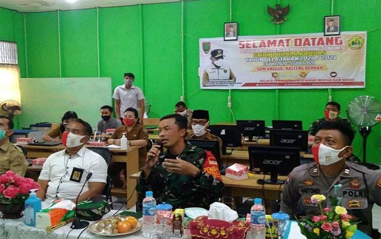 Dandim 1011/Klk Letkol Inf Ary Bayu Saputro saat melakukan video conference berikan materi pada MPLS di SMKN 1 Kuala Kapuas pada Senin, 13 Juli 2020.