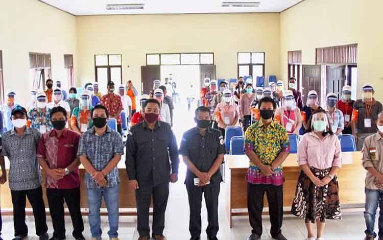 Komisioner KPU Kabupaten Pulang Pisau foto bersama saat kegiatan Bimtek PPDP di Kecamatan Banama Tingang, kemarin.