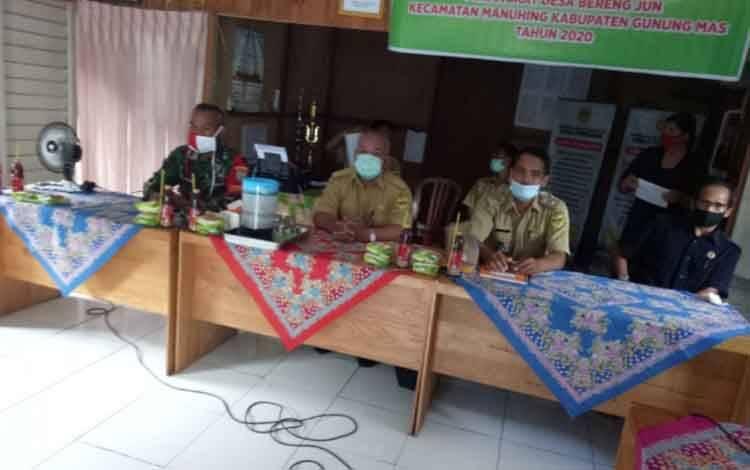 Danramil Koramil 1019-04 Tumbang Talaken, Kodim 1016 Palangka Raya, Kapten Slamet Dyannur saat menghadiri pelantikan perangkat desa Beteng Jun, Senin, 13 Juli 2020