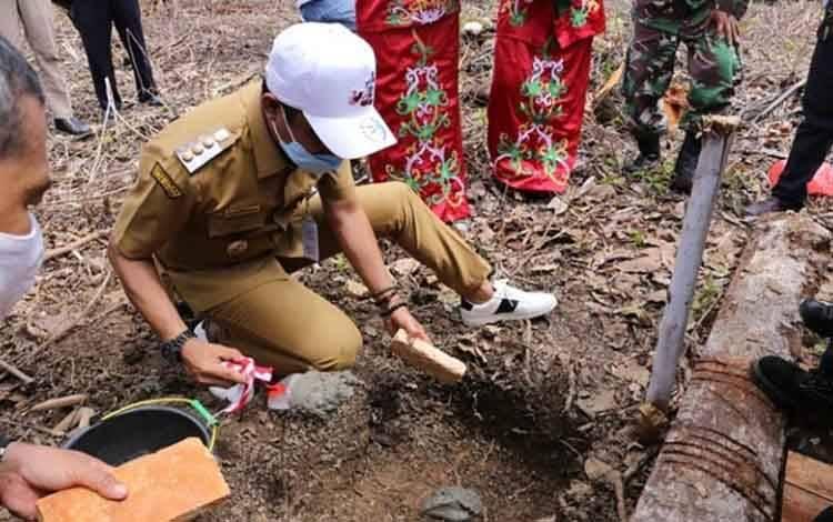Bupati Kotim Supian Hadi saat melakukan peletakan batu pertama pembangunan dermaga di Kecamatan Pulau Hanaut, Senin, 13 Juli 2020.