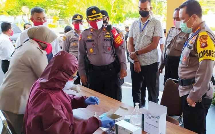 Kapolresta Palangka Raya Kombes Dwi Tunggal Jaladri ketika melakukan pemantauan terhadap puluhan perwiranya saat menjalani Rapid Test, Senin 13 Juli 2020.
