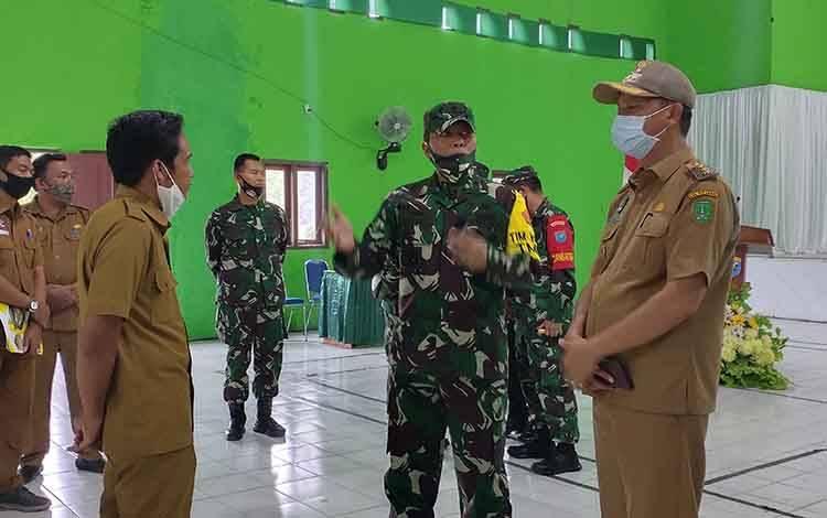 Pelaksanaan kegiatan tatap muka Tim Pengawas dan Evaluasi (Wasev) TMMD, Brigjen TNI Gathut Setyo Utomo bersama Bupati Sukamara, Windu Subagio saat berbincang-bincang bersama kades.