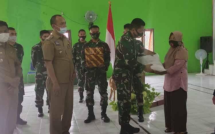 Pelaksanaan kegiatan tatap muka Ketua Tim Pengawas dan Evaluasi (Wasev) TMMD, Brigjen TNI Gathut Setyo Utomo bersama Bupati Sukamara, Windu Subagio di Balai Desa Bangun Jaya.