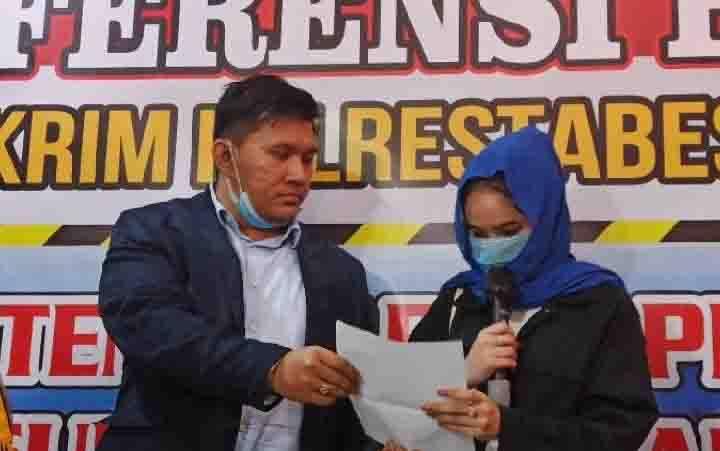 Hana Hanifa (kanan) didampingi kuasa hukumnya, Machi Ahmad saat jumpa pers di Mako Polrestabes Medan pada Selasa malam 14 Juli 2020. (foto : ANTARA via teras.id)