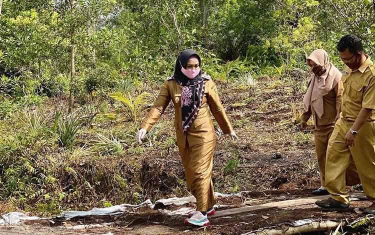 Wakil Wali Kota Palangka Raya Umi Mastikah saat melaksanakan monitoring program pembangunan di Kelurahan Habaring Hurung Kecamatan Bukit Batu.