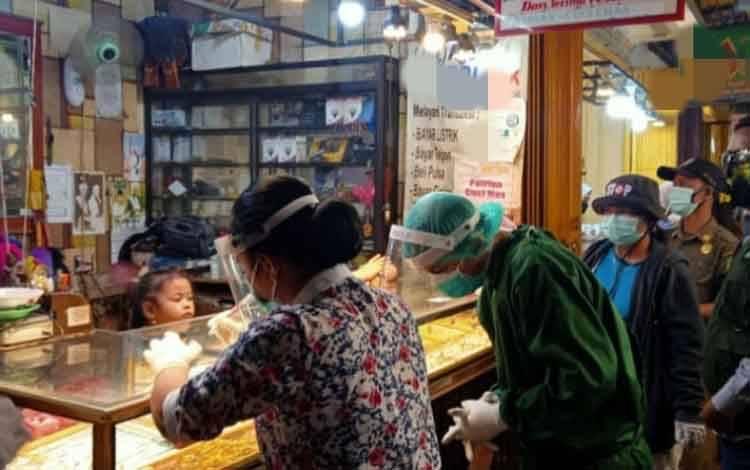 Rapid test kepada pedagang emas di Palangka Raya.