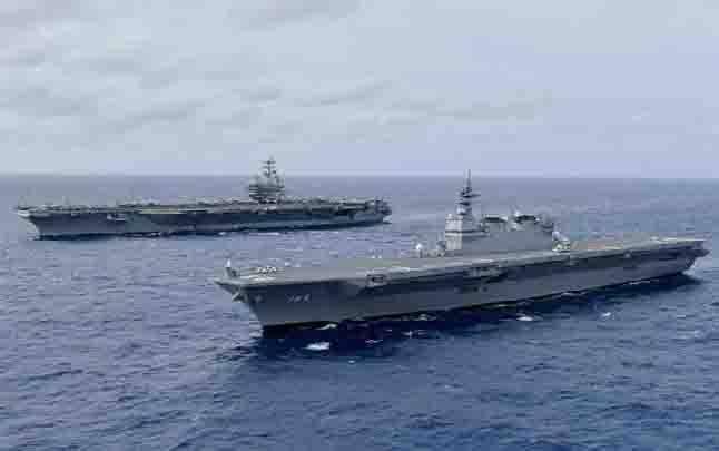 Kapal tempur USS Ronald Reagan dan kapal pertahanan Jepang JS Izumo, sedang beroperasi di Laut Cina Selatan. (Sumber: JMSDF/US Navy/Handout via Reuters/aljazeera.com via teras.id)