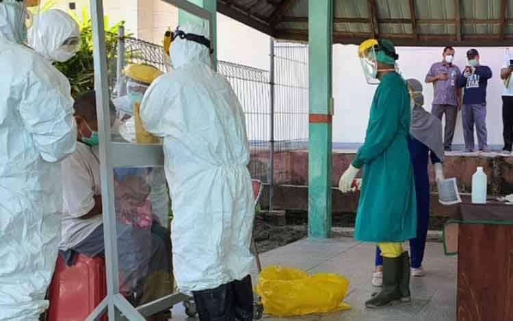 Petugas medis sedang mengambil swab pasien Covid-19 di Kabupaten Kobar