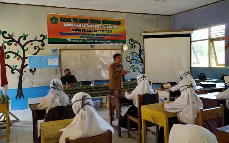 Wakil Bupati, H Ahmadi saat memberikan pemahaman kepada peserta didik baru tentang new normal.