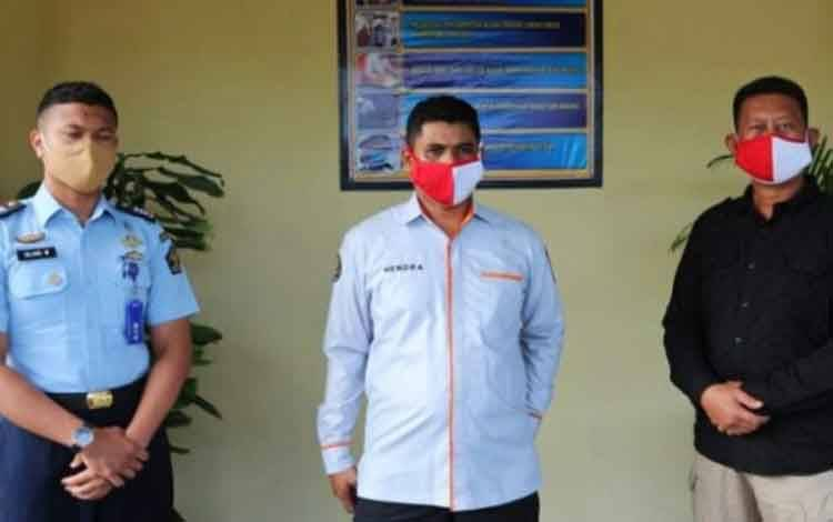 Kabidhumas Polda Kalteng Kombes Hendra Rochmawan (tengah) saat pelimpahan puluhan tahanan ke Rutan kelas IIA Palangka Raya, Kamis 16 Juli 2020.