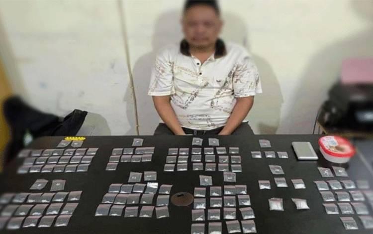 Tersangka beserta 117 paket narkotika jenis sabu saat diamankan petugas.