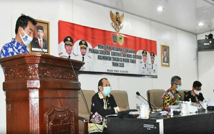 Wakil Bupati Barito Utara, Sugianto Panala Putra saat menyampaikan sambutan bupati pada kegiatan monitoring kesiapan pelaksanaan Pilkada serentak.