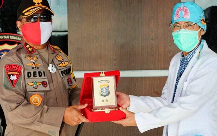 Kapolda Kalteng Irjen Dedi Prasetyo saat memberikan plakat kepada dokter spesialis paru dr Jeannette.