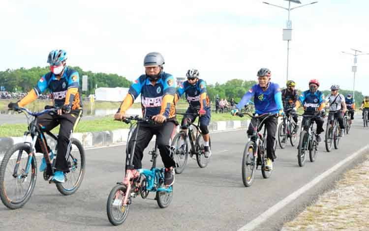 Kapolda Kalteng Irjen Dedi Prasetyo didampingi pejabat utama melakukan olahraga bersepeda