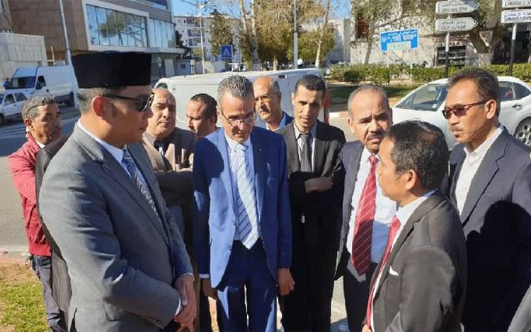 Gubernur Jawa Barat Ridwan Kamil menyerahkan dua rancangan gambar monumen Soekarno kepada Gubernur Aljir Abdelkader Zoukh pada Selasa, 12 Maret 2019, waktu setempat.