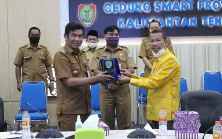Plt. Kepala Dinas Kominfo Kalteng Agus Siswadi saat menerima kunjungan kerja Ketua Komisi III DPRD Kabupaten Lamandau, Herianto, Selasa, 21 Juli 2020.