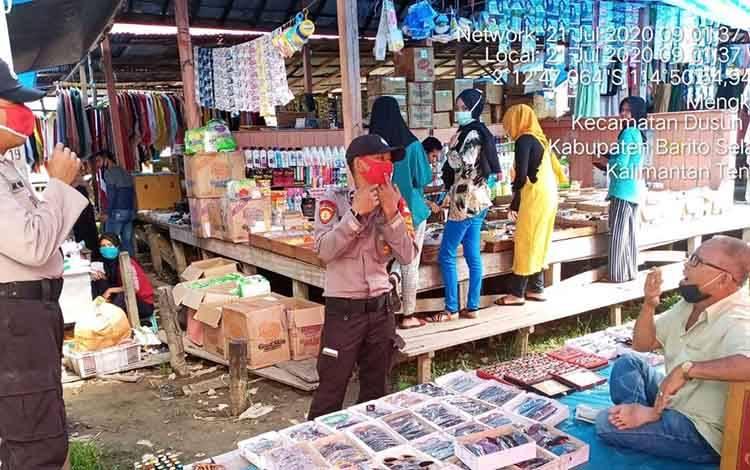 anggota Polsek Dusun Hilir ajak masyarakat terapkan protokol kesehatan di pasar