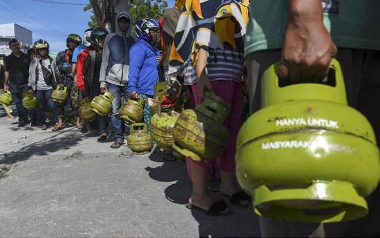 Warga mengantre untuk membeli Elpiji 3kg di Palu, Sulawesi Tengah, Jumat 5 Oktober 2018. Pascagempa dan tsunami sejumlah kebutuhan masyarakat di Kota Palu sudah mulai diperjualbelikan dan perekonomian di kota itu mulai bergeliat. ANTARA FOTO/Hafidz Mubarak A