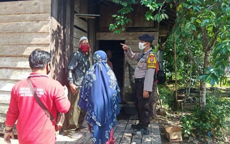 Bhabinkamtibmas Desa Mawar Mekar, Brigadir Mulia Siahaan saat mendampingi survey BSPS di desa setempat.