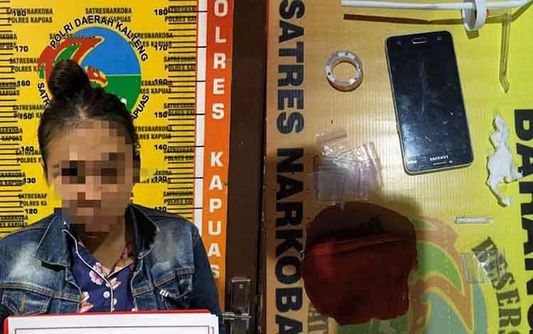 Terduga pelaku dan barang bukti kasus sabu saat diamankan Satresnarkoba Polres Kapuas