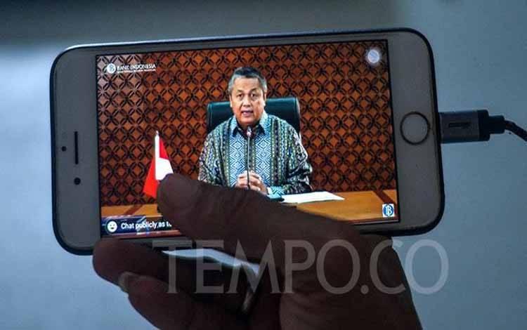 Wartawan tengah melihat secara daring pemaparan Gubernur Bank Indonesia Perry Warjiyo di Jakarta, Rabu, 29 April 2020. Bank Indonesia (BI) mengumumkan bid yang masuk untuk Surat Berharga Negara (SBN) mencapai Rp 44,4 triliun. (foto : Tempo/Tony Hartawan)