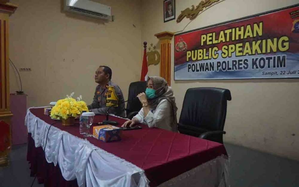 Pelatihan public speaking untuk Polwan Polres Kotim.