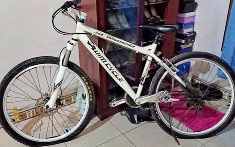 Sepeda olahraga warna putih milik Astrit yang raib digondol pencuri