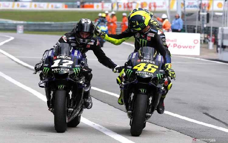 Pembalap Monster Energy Yamaha, Maverick Vinales (kiri) mendapat sapaan selamat dari rekan setimnya Valentino Rossi usai memenangi laga MotoGP Malaysia di Sepang International Circuit, Malaysia, Minggu (3/11/2019). ANTARA FOTO/REUTERS/Lai Seng Sin/foc.