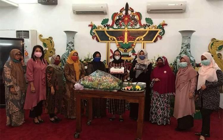 Pengurus PKK dan Dharma Wanita Persatuan Provinsi Kalteng memberikan kejutan Ultah Ke-28 Ivo Sugianto Sabran