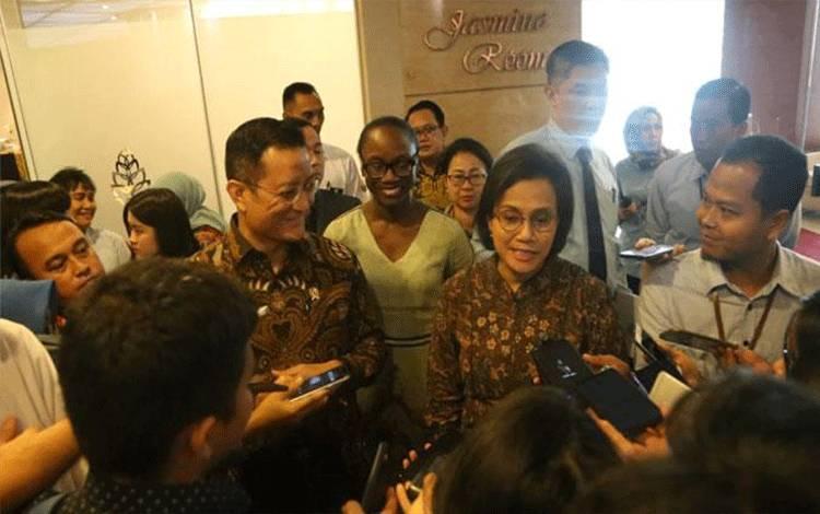 Menteri Sosial Juliari Batubara dan Menteri Keuangan Sri Mulyani Indrawati memberi penjelasan soal temuan maladministrasi Program Keluarga Harapan (PKH) oleh Ombudsman, Jakarta, Rabu, 11 Desember 2018. Foto: Istimewa